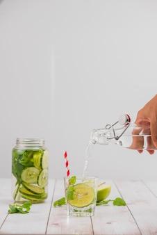 Детокс-вода с овощами и фруктами. диета здорового питания и похудания.