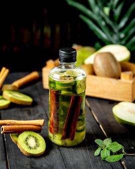 Detox with cinnamon and kiwi