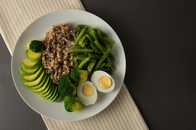 Салатник detox с киноа и зелеными овощами - зеленый горошек, авокадо, брокколи и яйца.