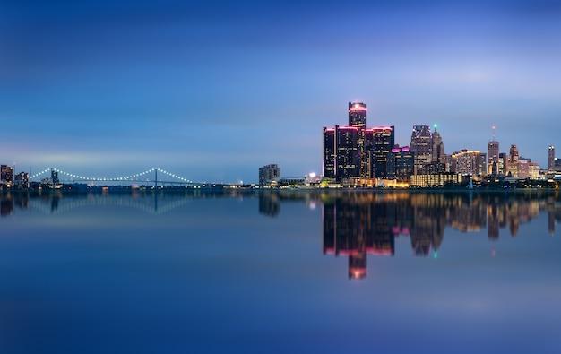 Детройт, штат мичиган, горизонт ночью выстрел из виндзора, онтарио, сша