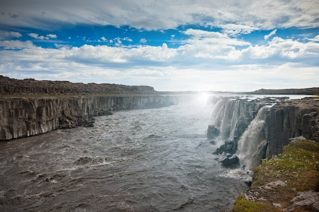 Водопад деттифосс в исландии под голубым летним небом с облаками