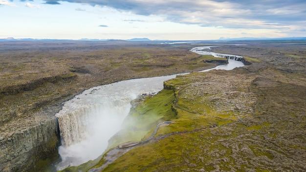 アイスランド、夏の美しい滝dettifossの航空写真