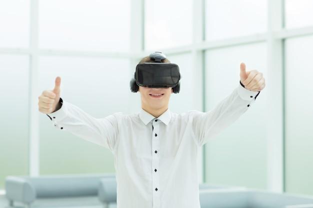 親指を立てるバーチャルリアリティメガネの開発者。人とテクノロジー。