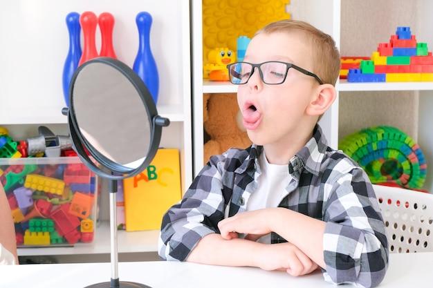 男の子との開発と言語療法のクラス。言語療法のエクササイズと鏡を使ったゲーム、エクササイズと舌マッサージ