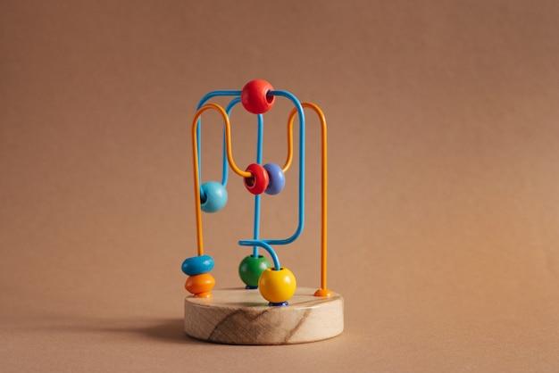 갈색 배경에 나무 구슬의 미로 아이들을 위한 장난감 개발