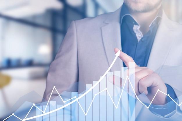 개발 및 성장 개념입니다. 사업가는 사업의 성장과 긍정적 지표의 증가를 계획합니다. 고품질 사진