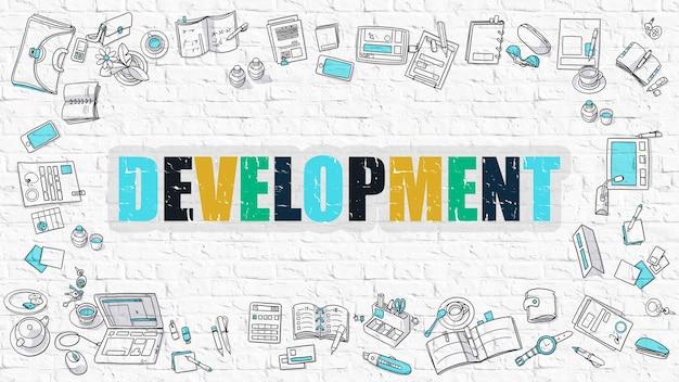 개발 개념. 흰 벽에 그려진 개발. 다색 개발.