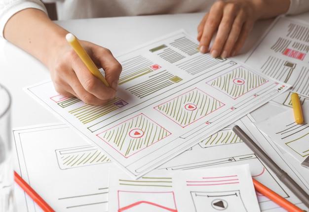 Разработка сайтов ui. дизайнер создает эскиз проекта.