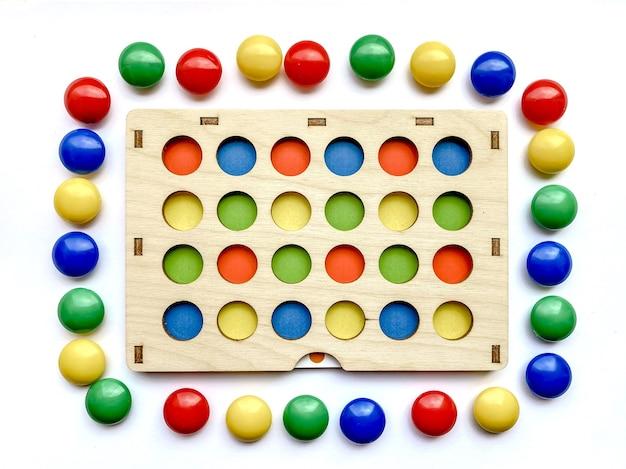 색상별로 분류하고 어린이의 소근육 운동 능력을 발달시키는 어린이용 발달 장난감. 어린이 발달, 장난감.