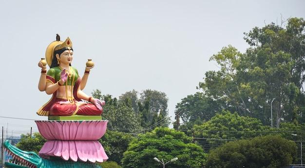 シヴァ神像近くのハリドワールにあるデヴィガンガ像