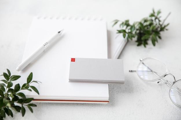 Устройства или гаджеты с copyspace для рекламы - макет, цифровая концепция. офис или коворкинг с высоко цифровым рабочим местом с плавающей карточкой и листами. интернет-работа, покупки, концепция обслуживания.