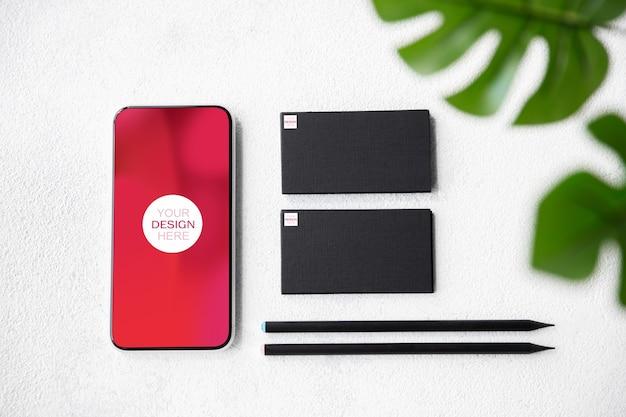 광고용 카피스페이스가 있는 장치 또는 가제트 - 모형, 디지털 개념. 플로팅 카드와 전화가 있는 고도로 디지털화된 업무 공간이 있는 사무실 또는 공동 작업 위치. 온라인 작업, 쇼핑, 서비스 개념입니다.