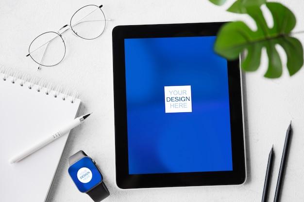 Устройства или гаджеты с copyspace для рекламы - макет, цифровая концепция. офис или коворкинг с цифровым рабочим местом с планшетом, карточками и листками. интернет-работа, покупки, концепция обслуживания.