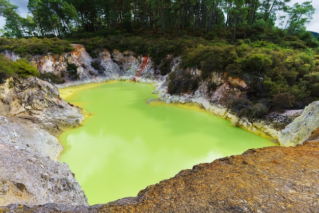 ニュージーランド北島ロトルアのワイオタプ地熱地帯にあるデビルズバスクレータープール