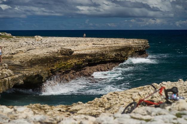Залив дьявольского моста - карибское тропическое море - антигуа и барбуда.