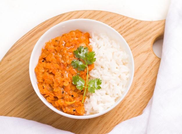 木の板にミンスクのクローズアップでダルインドのベジタリアン赤レンズ豆のスープ