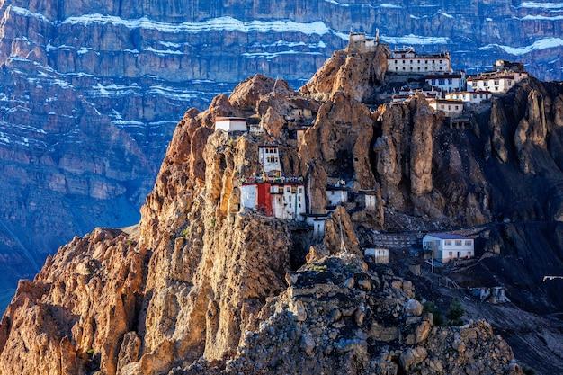 인도 히말라야의 절벽에 자리 잡은 dhankar monastry