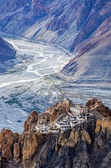 インドのヒマラヤの崖の上にあるダンカー修道院