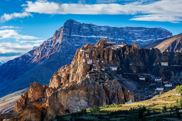 ヒマラヤ、インドの崖の上に腰掛けてdhankar修道院