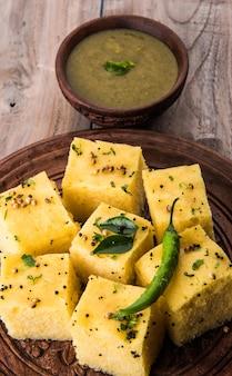 Dhoklaは、インドのグジャラート州のベジタリアンフードスナックまたは朝食アイテムです。