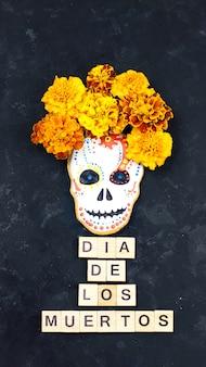 ディアデロスムエルトスはメキシコのお祝いです。シュガークッキーの頭蓋骨と暗い背景。ソーシャルメディア向けのストーリーの垂直フォーマット