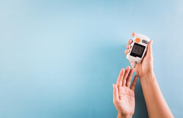 Диабетик измеряет уровень глюкозы в крови. день диабета.