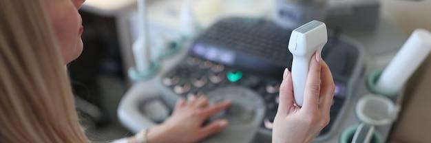 Диагностик держит оборудование для ультразвукового исследования крупным планом