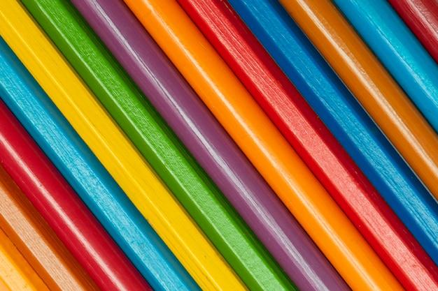 色とりどりの虹色の鉛筆の斜めの背景
