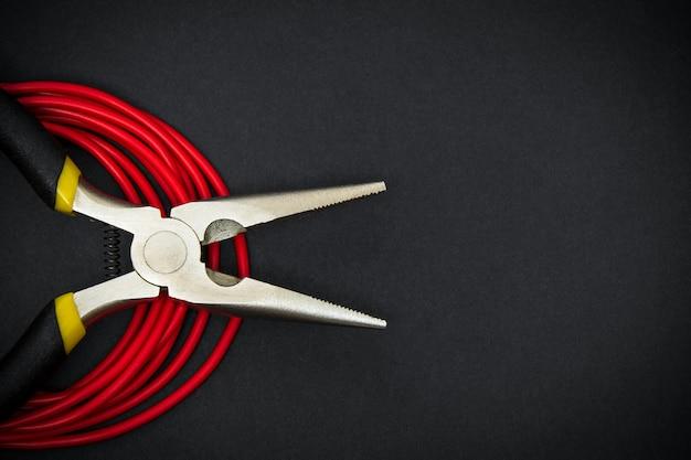 대각선 펜치와 빨간색 와이어가 닫습니다.