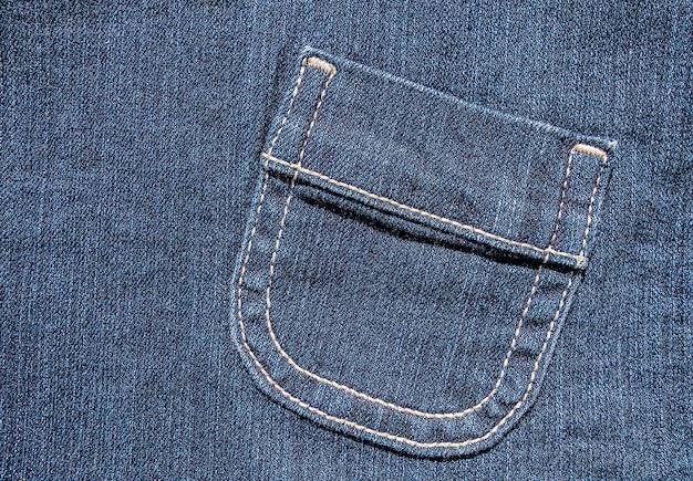 블루 데님에 화이트 스티치 디테일의 사선 포켓.