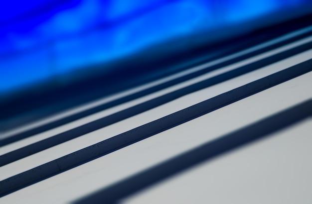 目に見える青い空の背景hdと斜めの屋根のクローズアップ