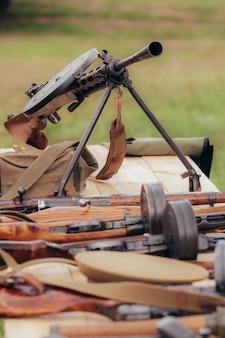 Пистолет-пулемет диагтерева стоит на столе на реконструкции времен великой отечественной войны в мае. фото высокого качества