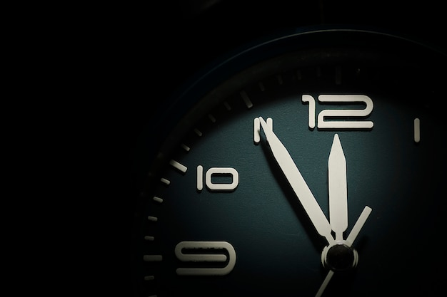 5分から12分を示す時計の文字盤