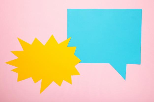 대화-분홍색 backgrounnd에 두 개의 빈 연설 거품