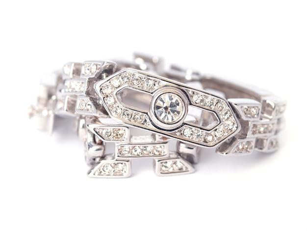 Бриллиантовый браслет на белом фоне