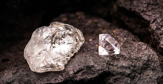 탄광에서 거친 다이아몬드로 자른 다이아몬드, 희귀 석재 채굴 개념, 광물 부