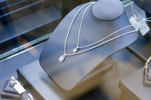 Бриллиантовые ожерелья в ювелирном магазине