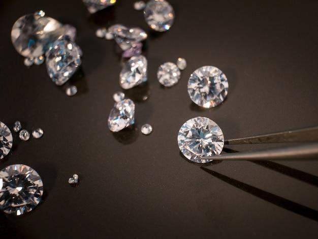 黒のシャイアテーブル上のダイヤモンド