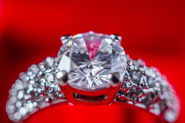 Кольцо с бриллиантом крупным планом