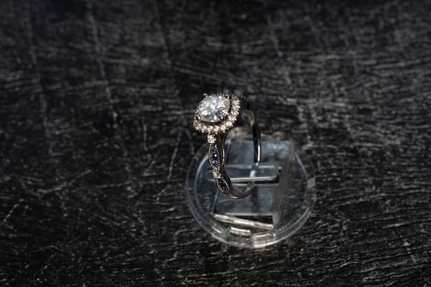 ダイヤモンドリング、暗い背景に天然ダイヤモンドをあしらったゴールドリング、貴石