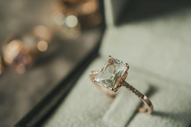 Кольцо с бриллиантом в шкатулке в винтажном стиле