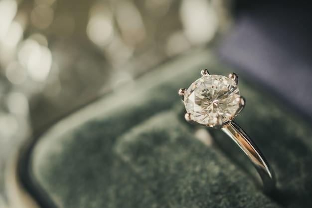 보석 상자에 다이아몬드 반지