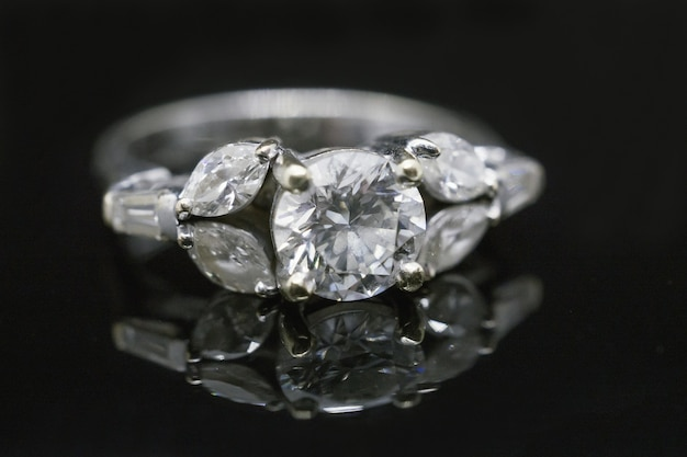 Кольцо с бриллиантом на черном фоне