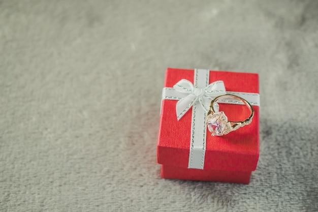 선물 상자에 다이아몬드 반지