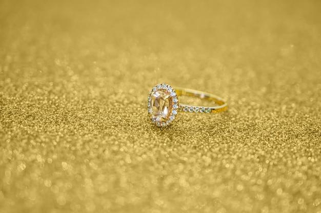 골드 반짝이에 다이아몬드 반지