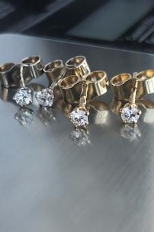 ダイヤモンドスタッドピアス透明な石、ホワイトゴールドとイエローゴールドの2組のプセット