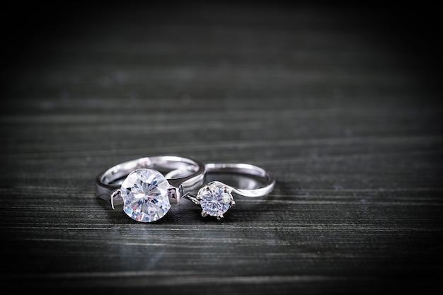 블랙에 다이아몬드 결혼 반지