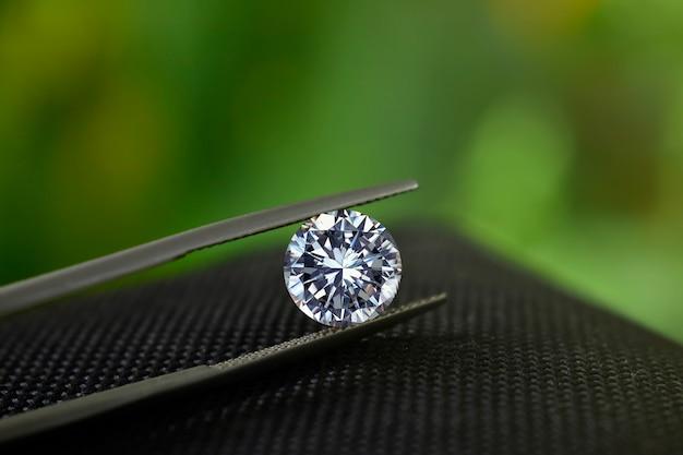 ダイヤモンドは価値があり、高価で希少です。ジュエリーを作るために
