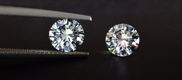 다이아몬드는 귀중하고 비싸며 드물다. 보석 만들기