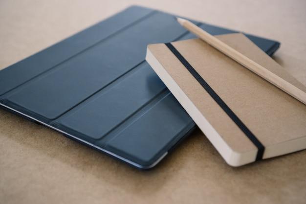タブレット上の日記や鉛筆